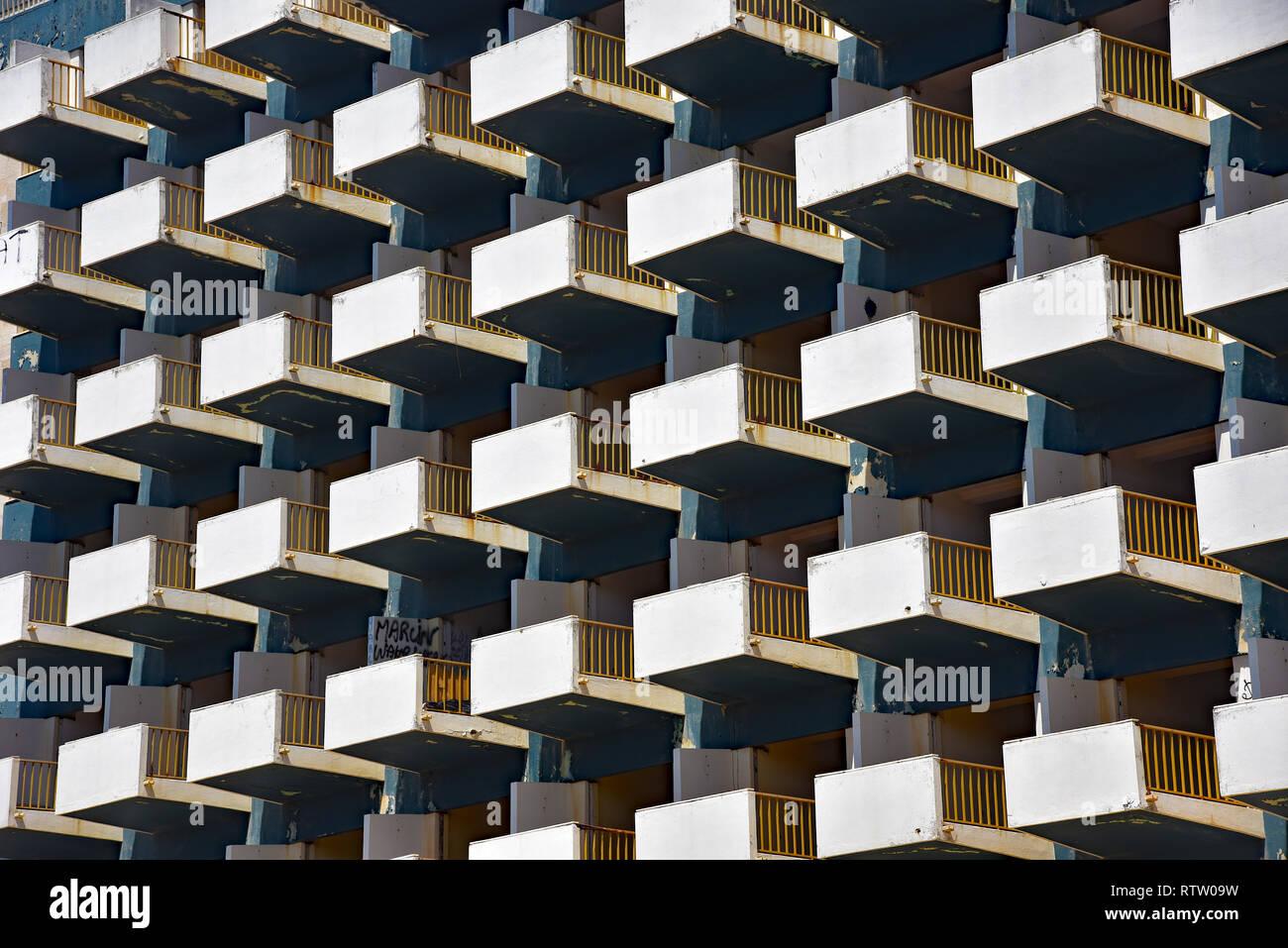"""Balconi sul fallimento """" Hotel Golfinho', una volta che il flamboyant hotel, ma ora un obbrobrio e abbandonati per anni. Lagos, Algarve, Portogallo. Immagini Stock"""