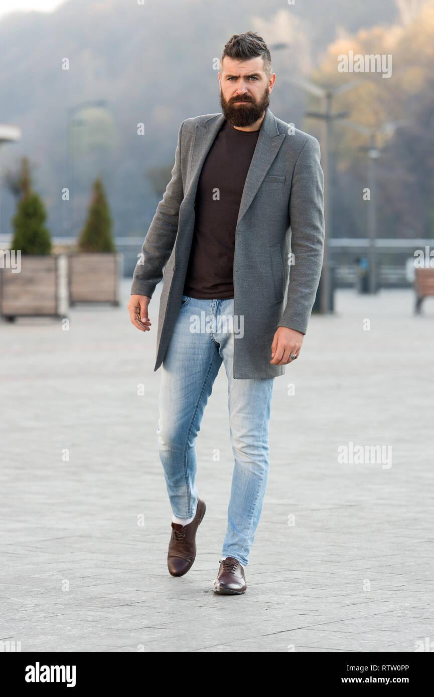 575b5eb18d6a Elegante Abito casual stagione primaverile. Abbigliamento uomo maschio ed  un concetto di moda. Uomo Barbuto hipster elegante Cappotto alla moda o  giacca.