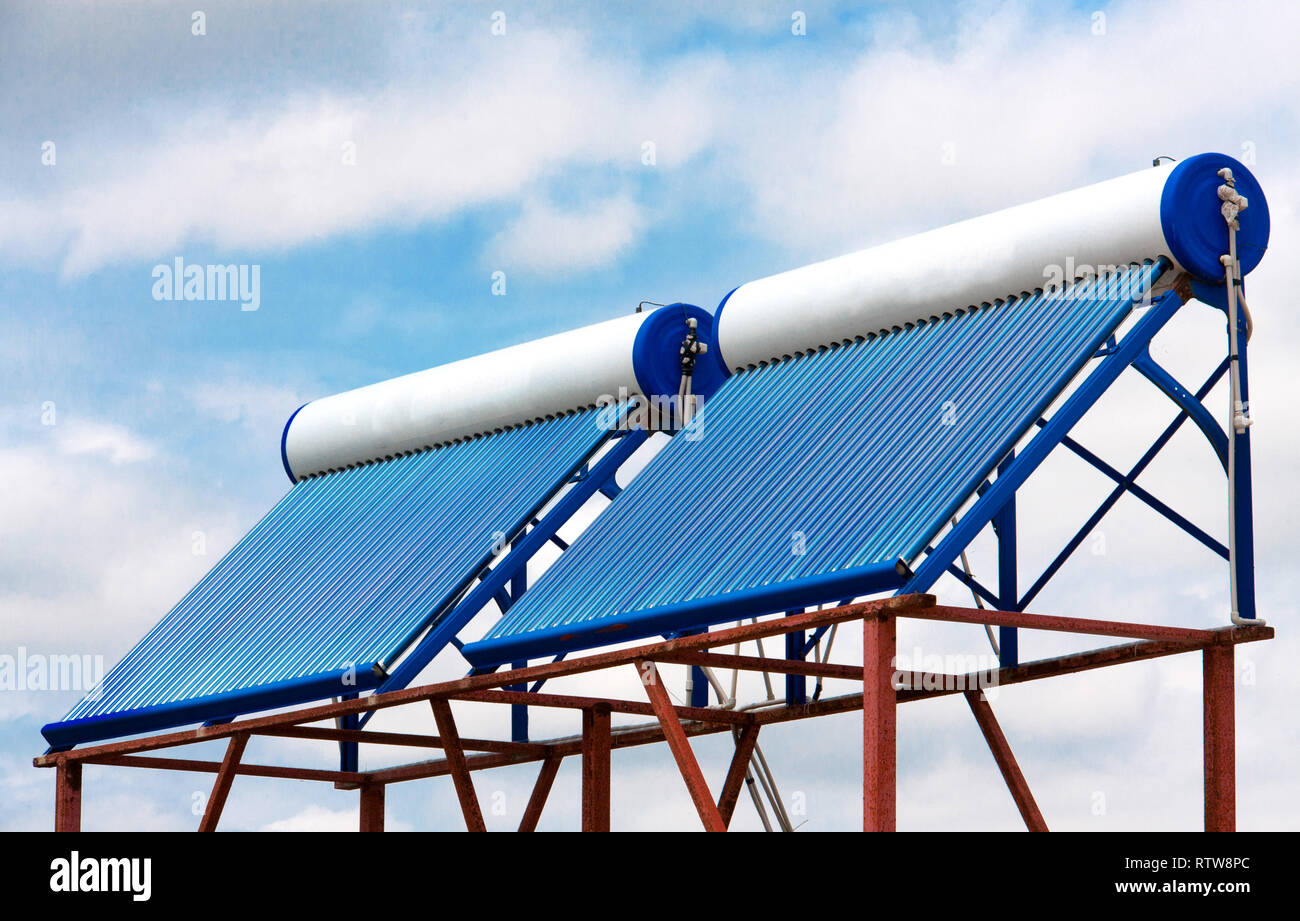 Caloriferi di acqua solari sul tetto vicino fino Immagini Stock