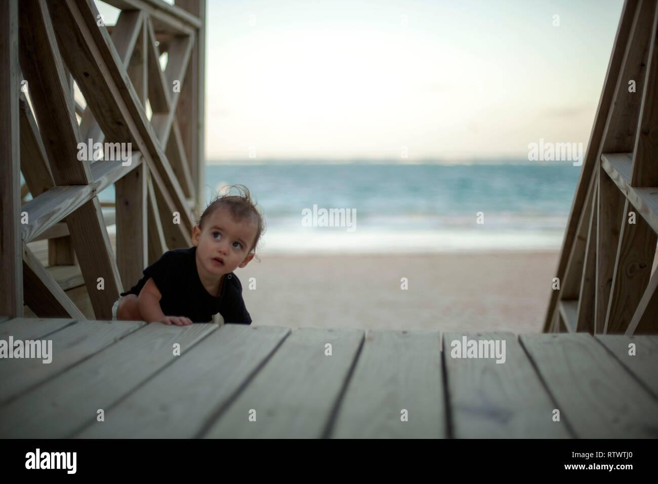 Baby salendo le scale in spiaggia Foto Stock