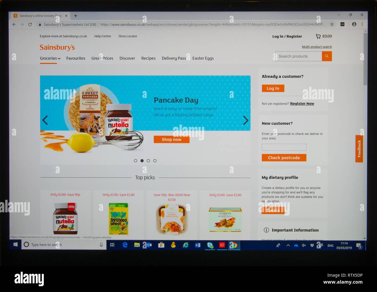 Sullo schermo del computer che mostra Sainsburies shopping on-line il sito web con una funzione di pancake day Foto Stock