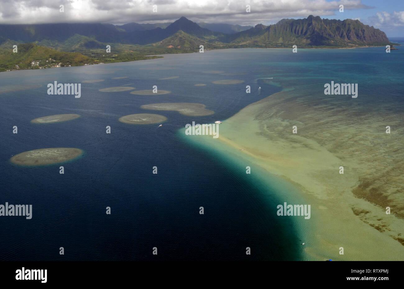 Vista aerea di banchi di sabbia e scogliere coralline di Kaneohe Bay, Oahu, Hawaii, STATI UNITI D'AMERICA Immagini Stock