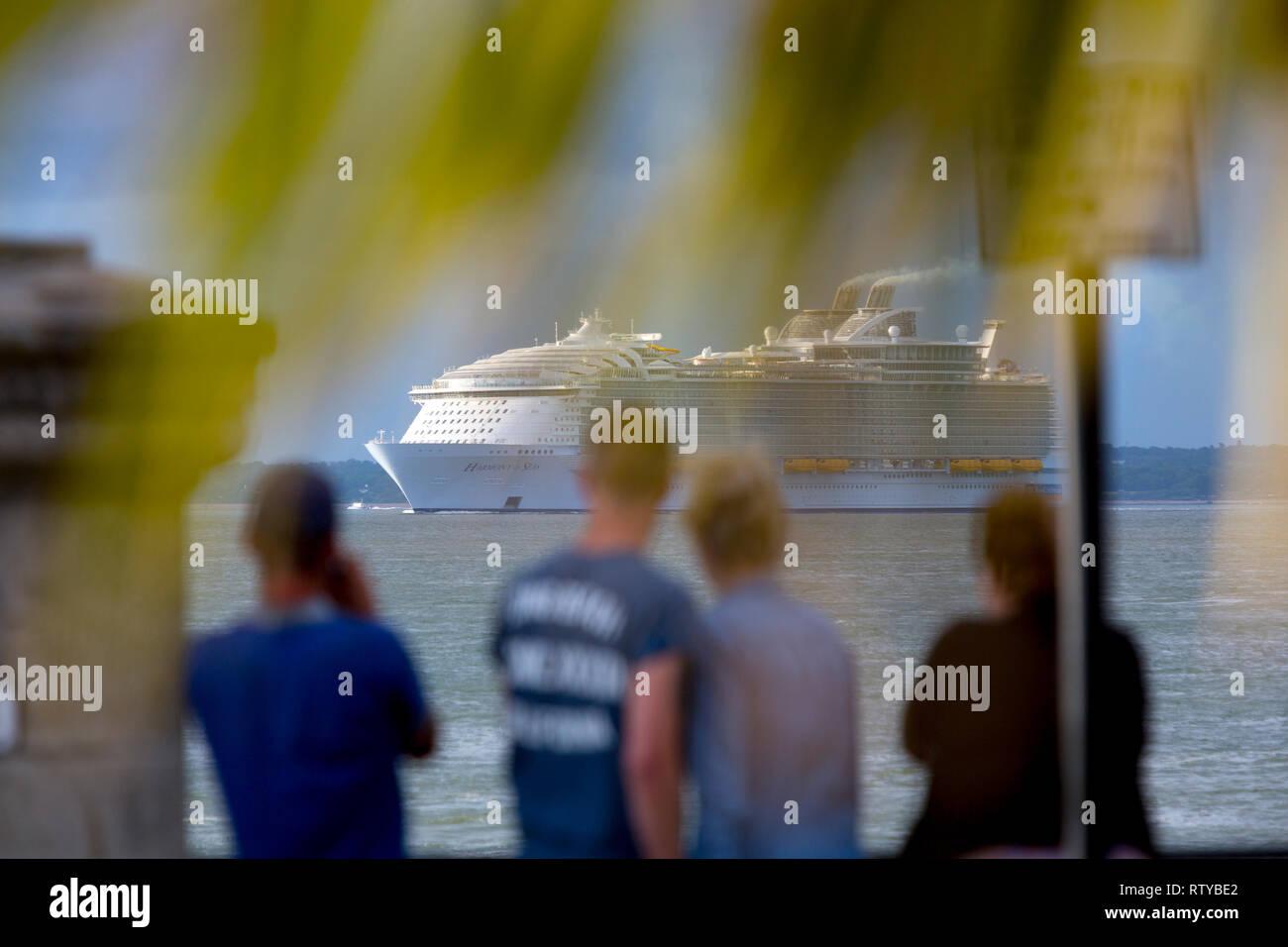 Il lusso,viaggi, lussuoso, Wedding, luna di miele, suite, cabine e armonia del mare,cruise,liner,lasciando,Southampton,l'inquinamento,Cowes,l'Isola di Wight in Inghilterra Immagini Stock