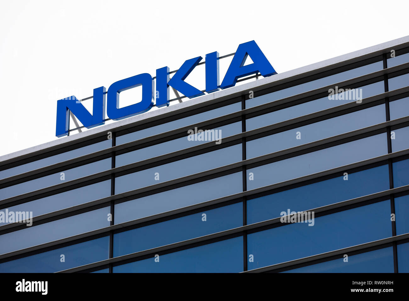 ESPOO, Finlandia - 03 Marzo 2019: Grande Nokia marca nome sulla parte superiore di un edificio per uffici in Nokia Campus in Espoo, Finlandia Immagini Stock