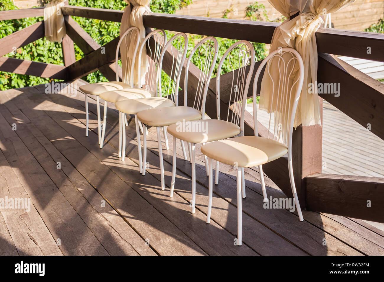 Interni e home concetto sei sedie bianche sulla veranda