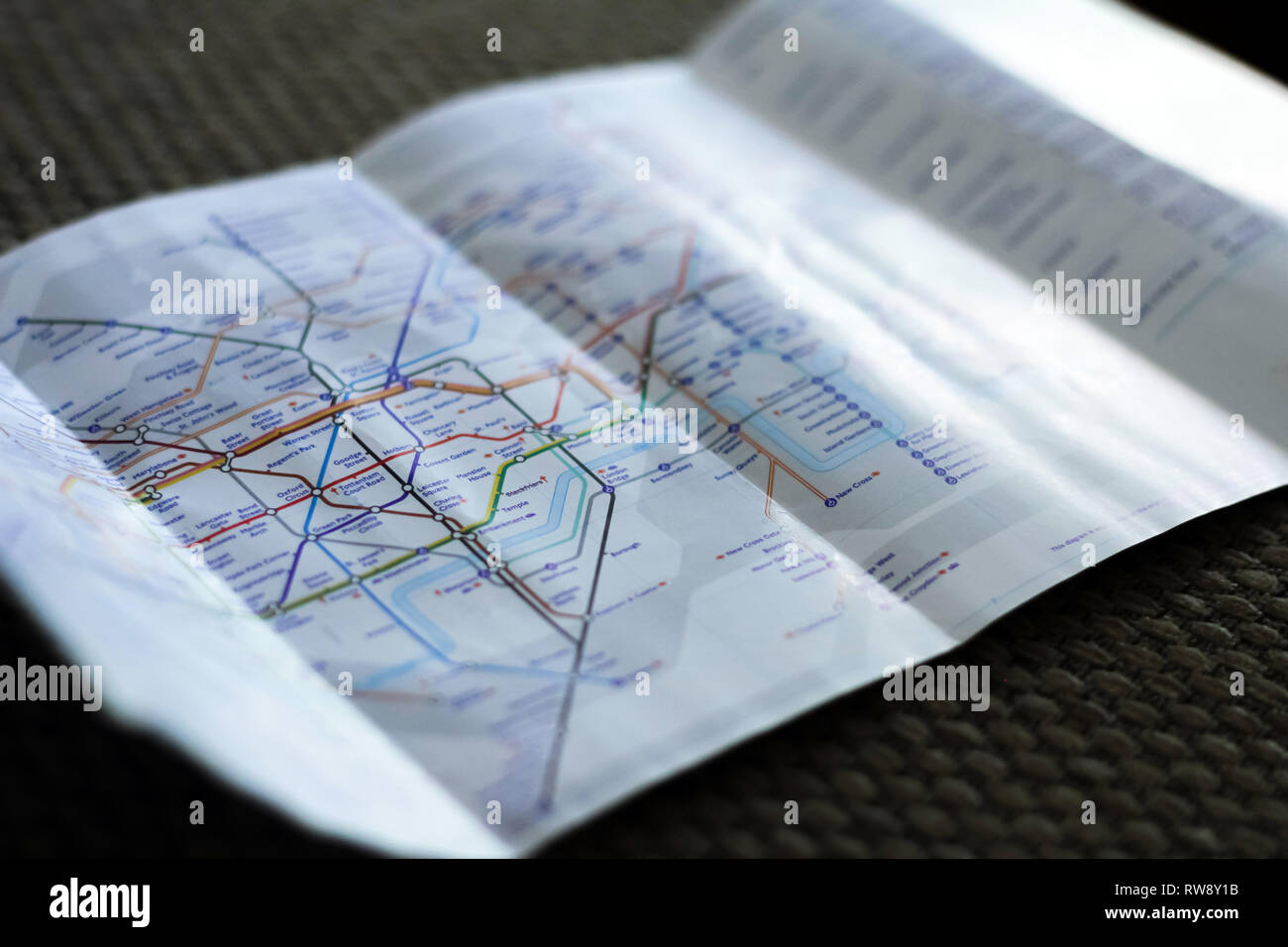LONDON, Regno Unito - Dicembre 2018: Metropolitana flayer mappa della metropolitana di Londra Immagini Stock