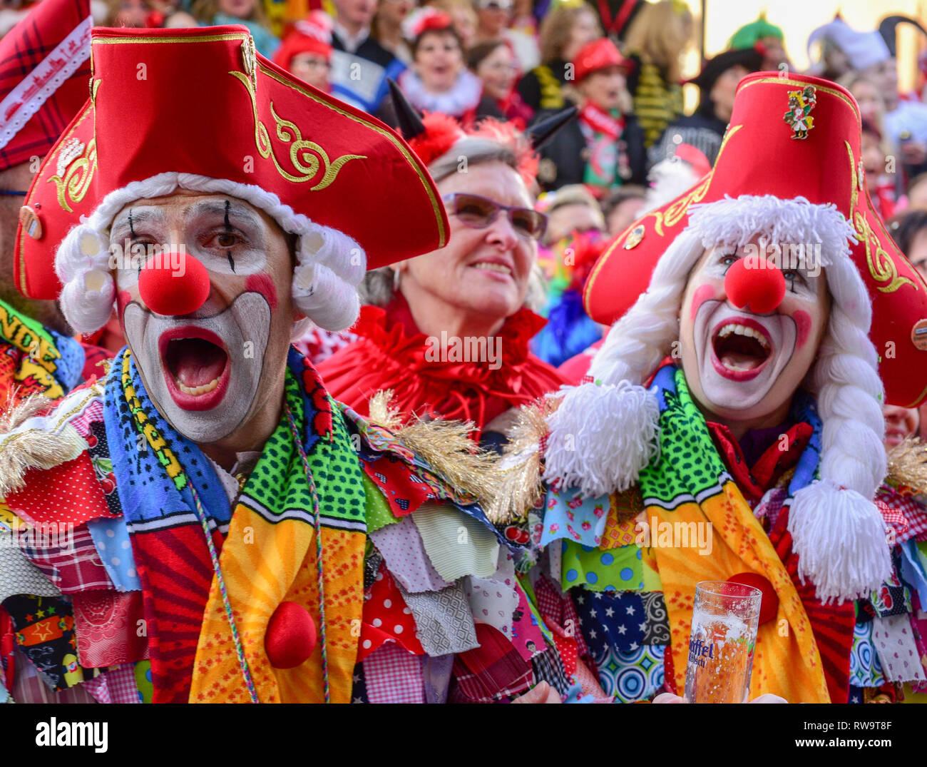 Festaioli festeggia il carnevale a Colonia Immagini Stock