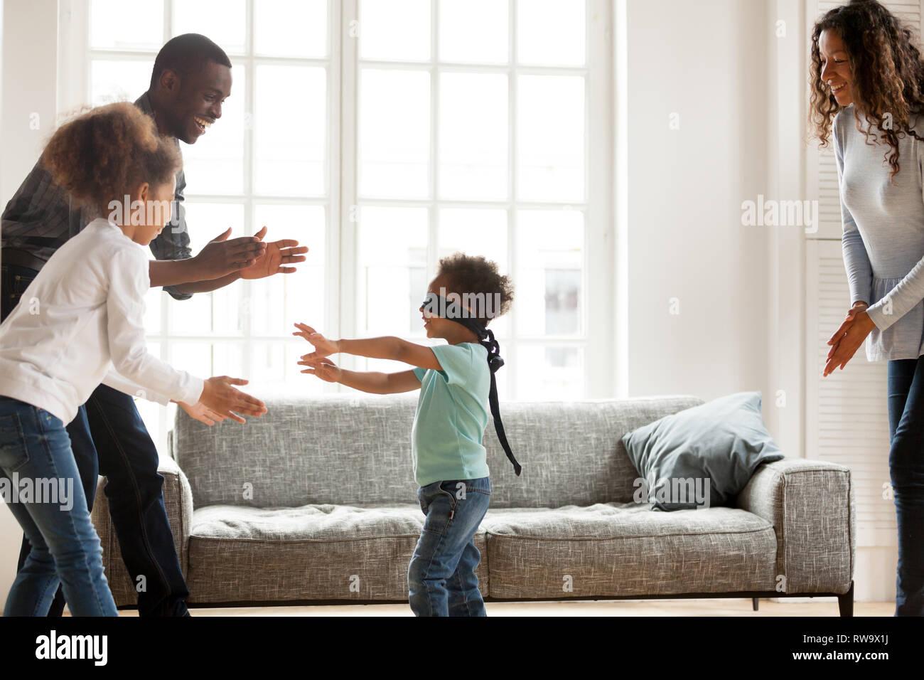 Razza mista famiglia divertirsi giocando a casa Immagini Stock