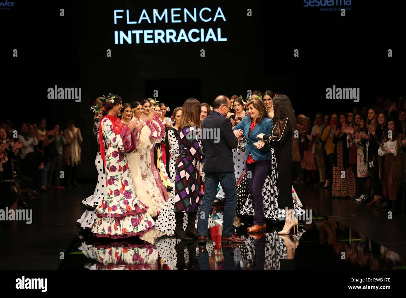 Yolanda Moda Flamenca designer join tramite la sua madre in passerella Immagini Stock