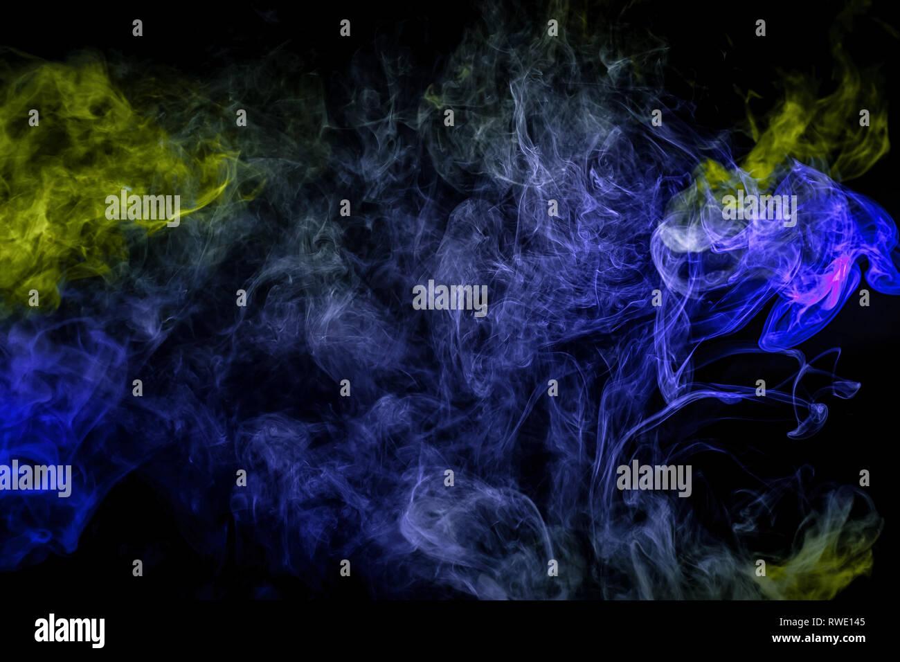 Denso Fumo Multicolore Di Colori Blu E Verde Su Un Isolato Nero Lo