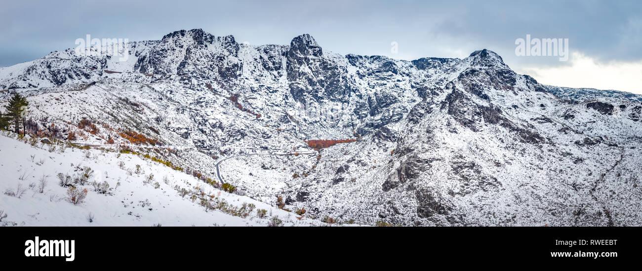 La Serra da Estrela e os seus 3 Cântaros com o Covão d'Ametade ao fundo. Bella scena d'inverno a Serra da Estrela Immagini Stock