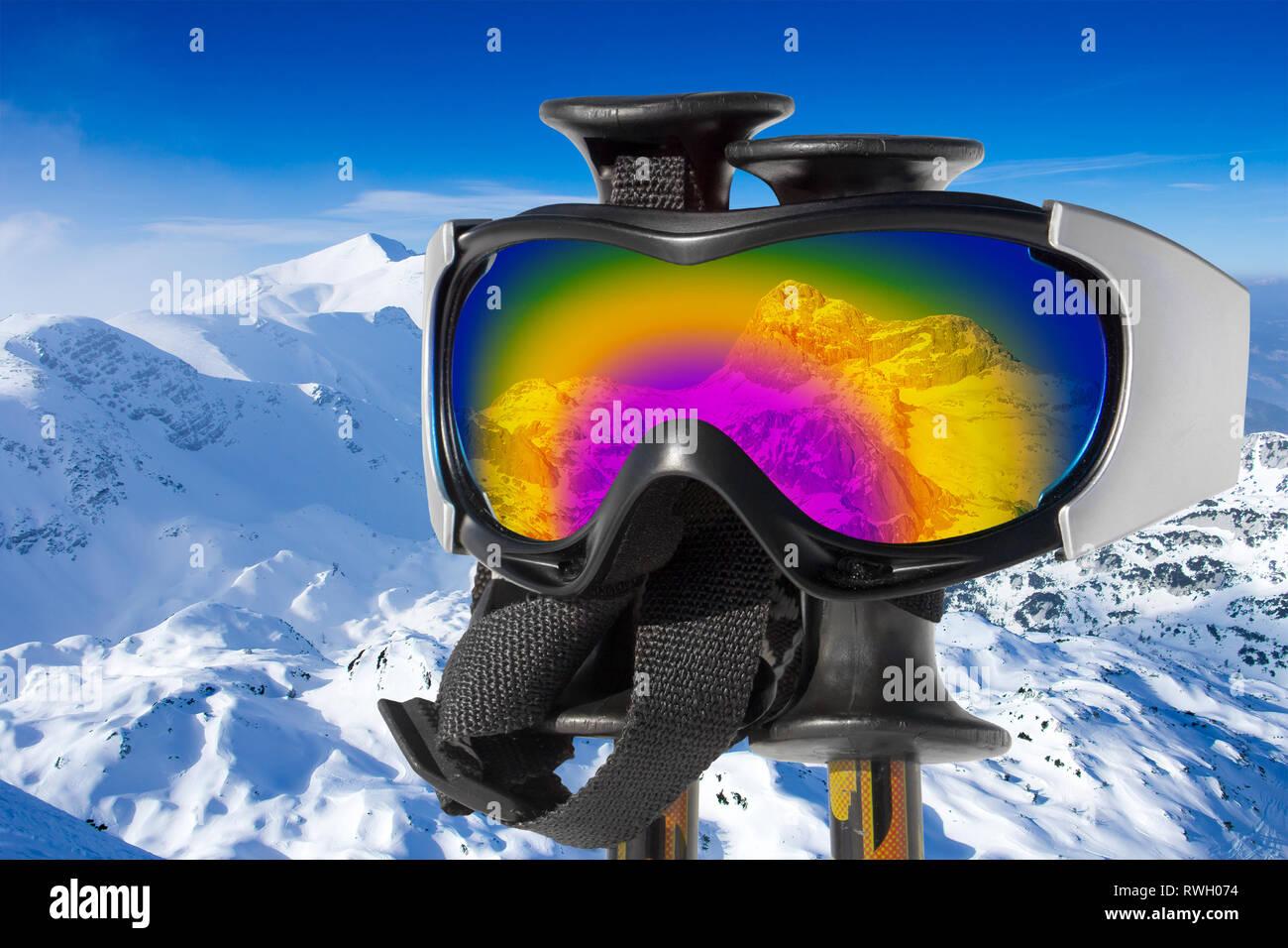 La riflessione della montagna innevata Triglav in maschere da sci su bastoni da sci Immagini Stock