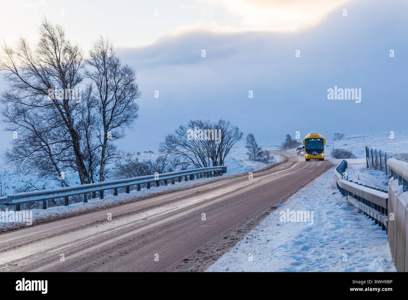 Scottish citylink irizar pullman 916 a Uig percorrendo una strada82 sul giorno di inverni con la neve intorno a Rannoch Moor, altopiani, Scozia in inverno Foto Stock