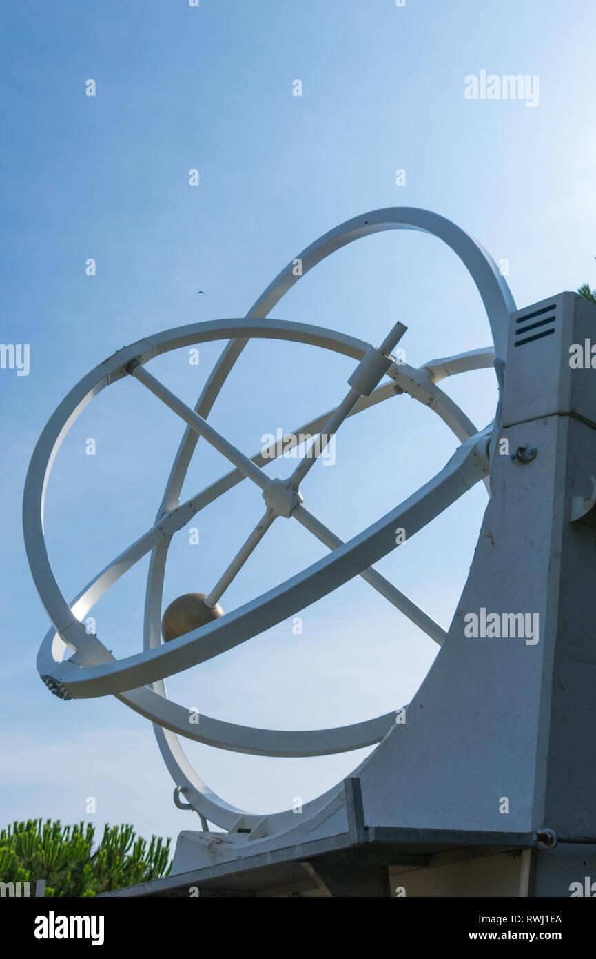 Il pendolo caotico è un esperimento fisico, con cui la teoria del caos è dimostrato dalla natura imprevedibile del movimento si esegue Immagini Stock