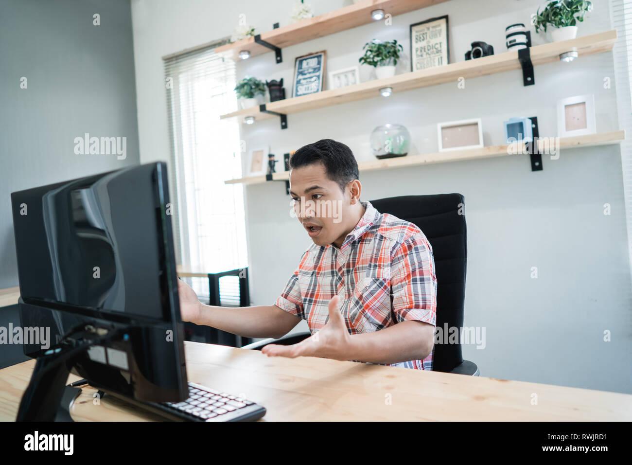 Deluso l uomo nel suo ufficio Immagini Stock