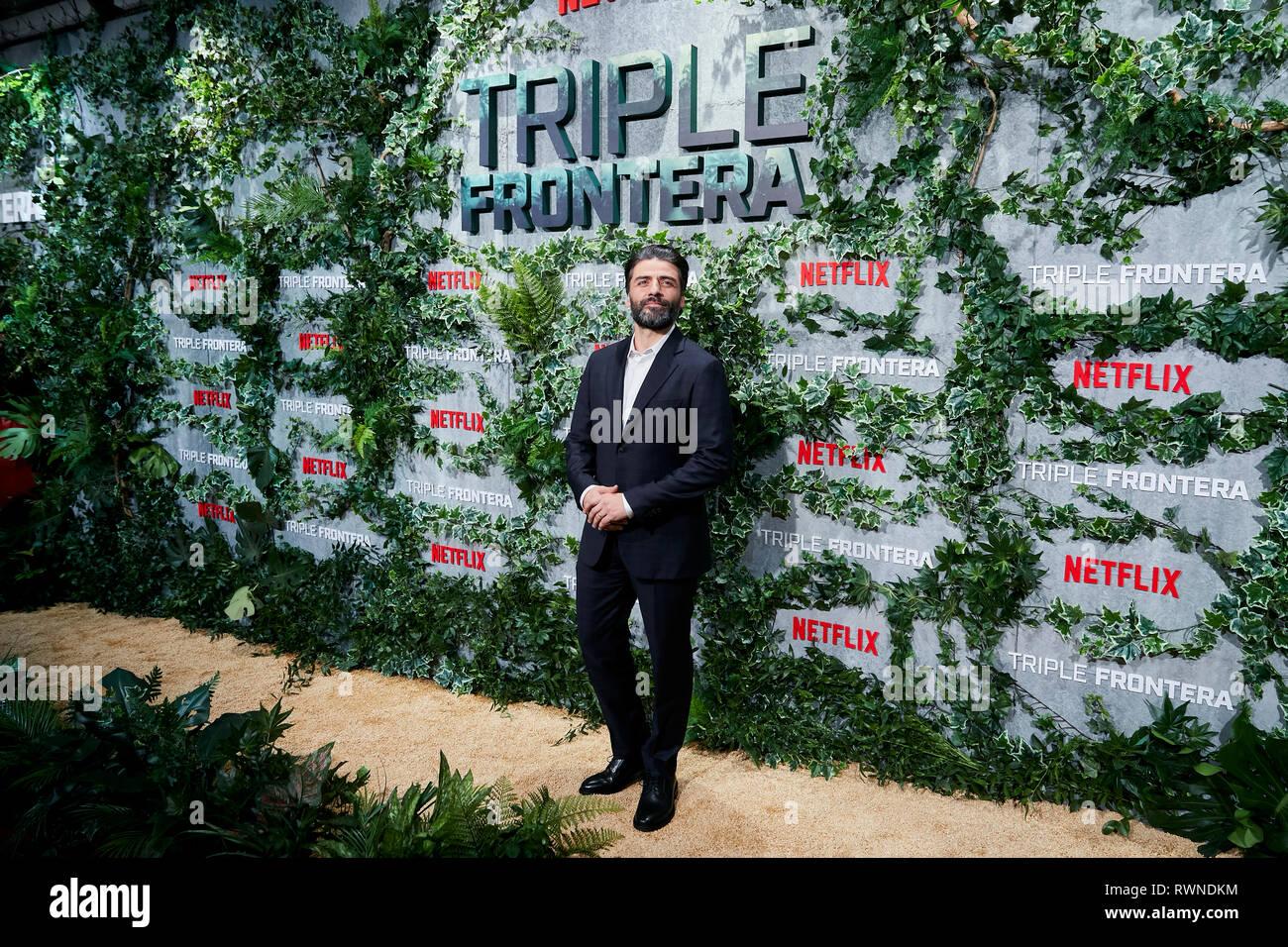 Oscar Isaac assiste la Triple Frontera premiere a Callao luci della città di Madrid. Immagini Stock