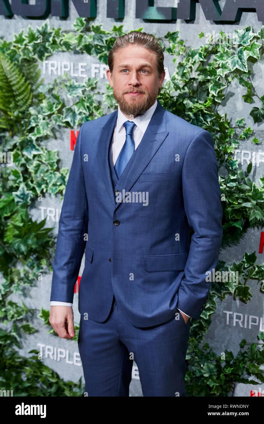 Charlie Hunnam assiste la Triple Frontera premiere a Callao luci della città di Madrid. Immagini Stock