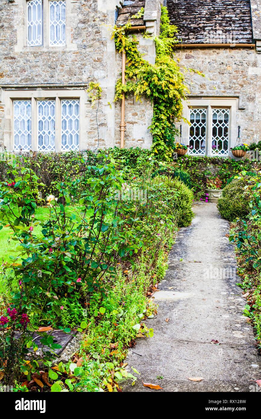 Il giardino sul davanti di un cottage in pietra in Cotswolds, Inghilterra. Foto Stock
