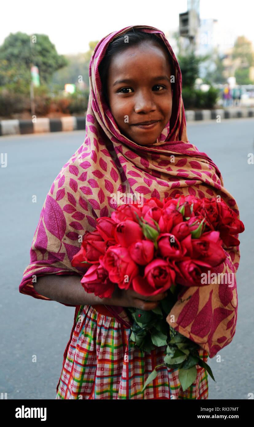 Una giovane ragazza del Bangladesh holding fiori. Immagini Stock
