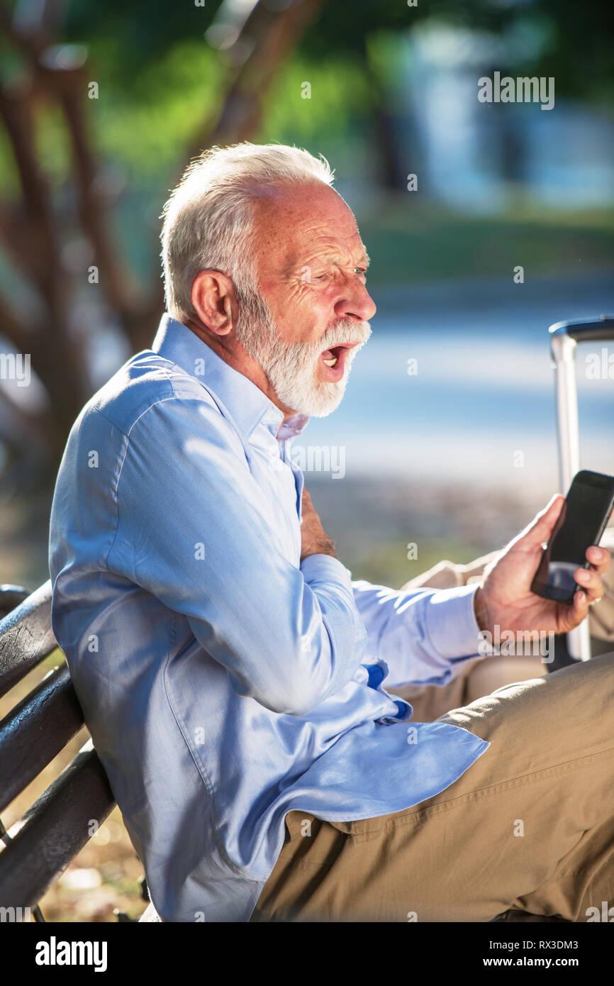 Salute concetto anziani alti uomini arresto cardiaco attacco di cuore nel parco heartache gravi Foto Stock