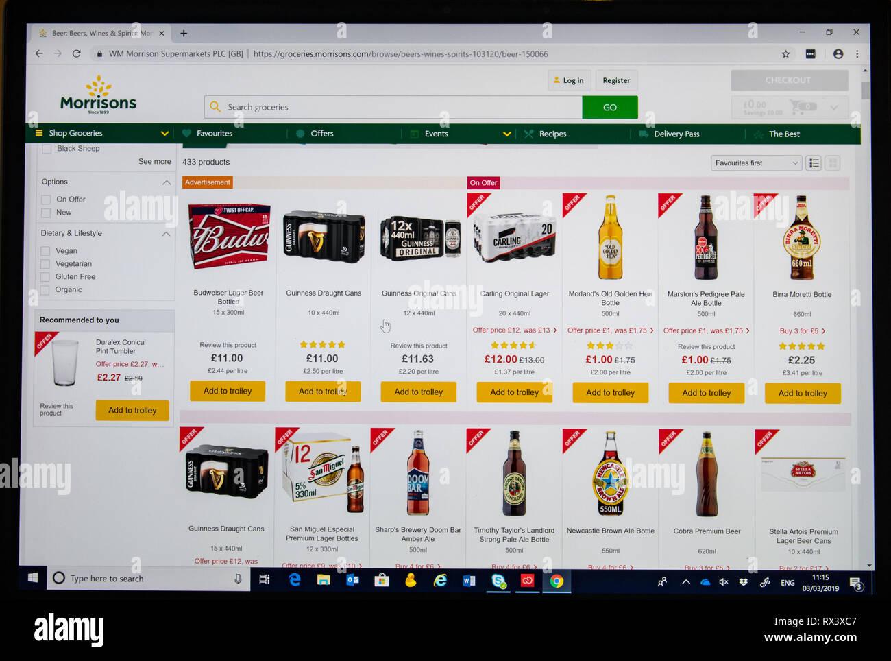 Morrisons negozio on line con screen shot di diverse birre Immagini Stock