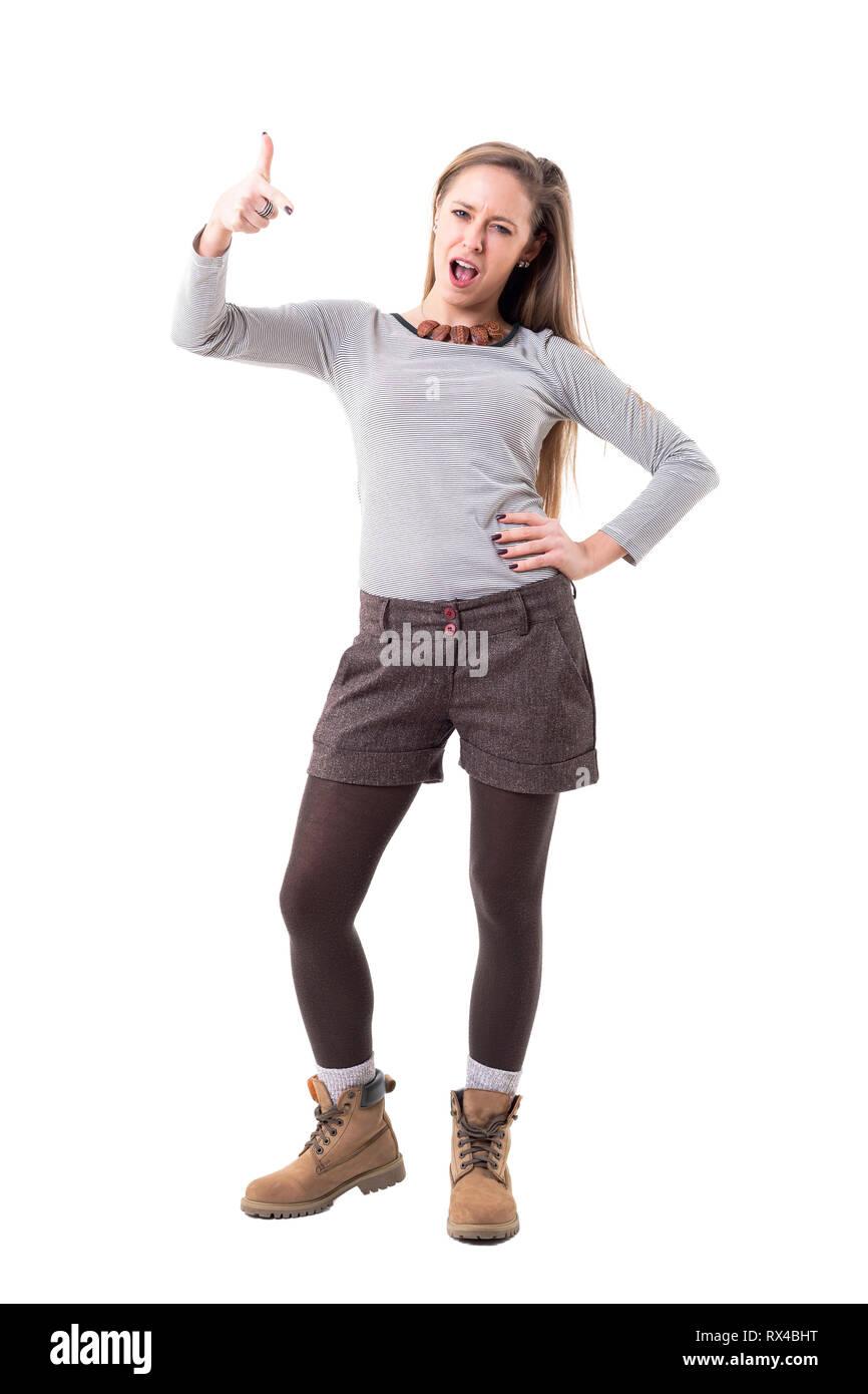 84230b09ed26 Giovane ribelle hipster donna puntare il dito in telecamera accusando o di  colpa. Corpo pieno