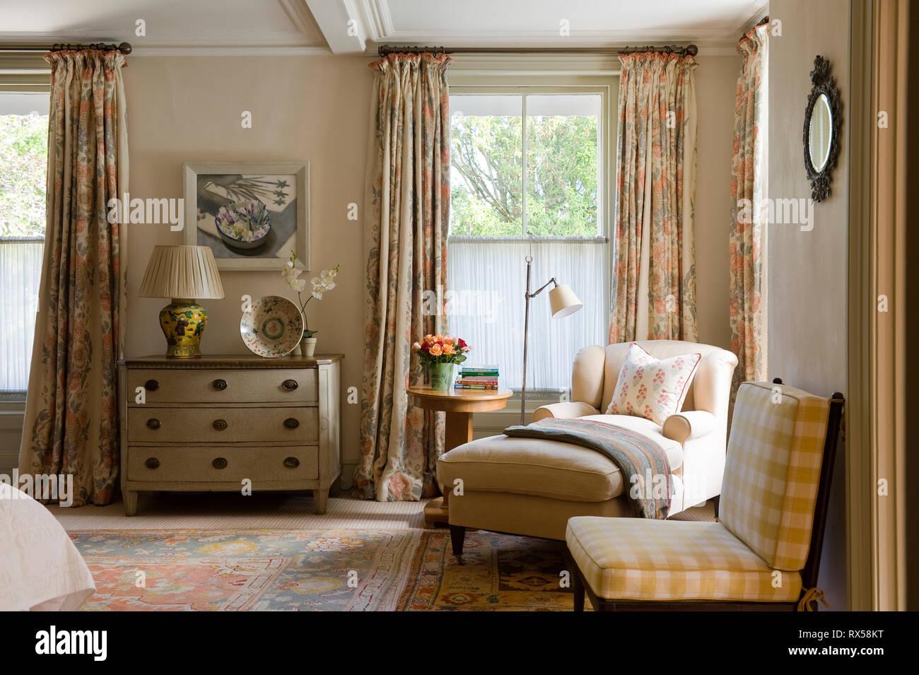 Chaise longue e cassetti in stile country camera da letto Foto ...