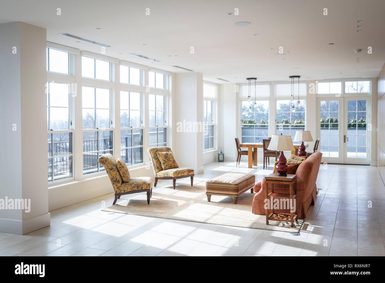 Interni residenziale composto da ampio soggiorno con finestre da pavimento a soffitto Foto Stock