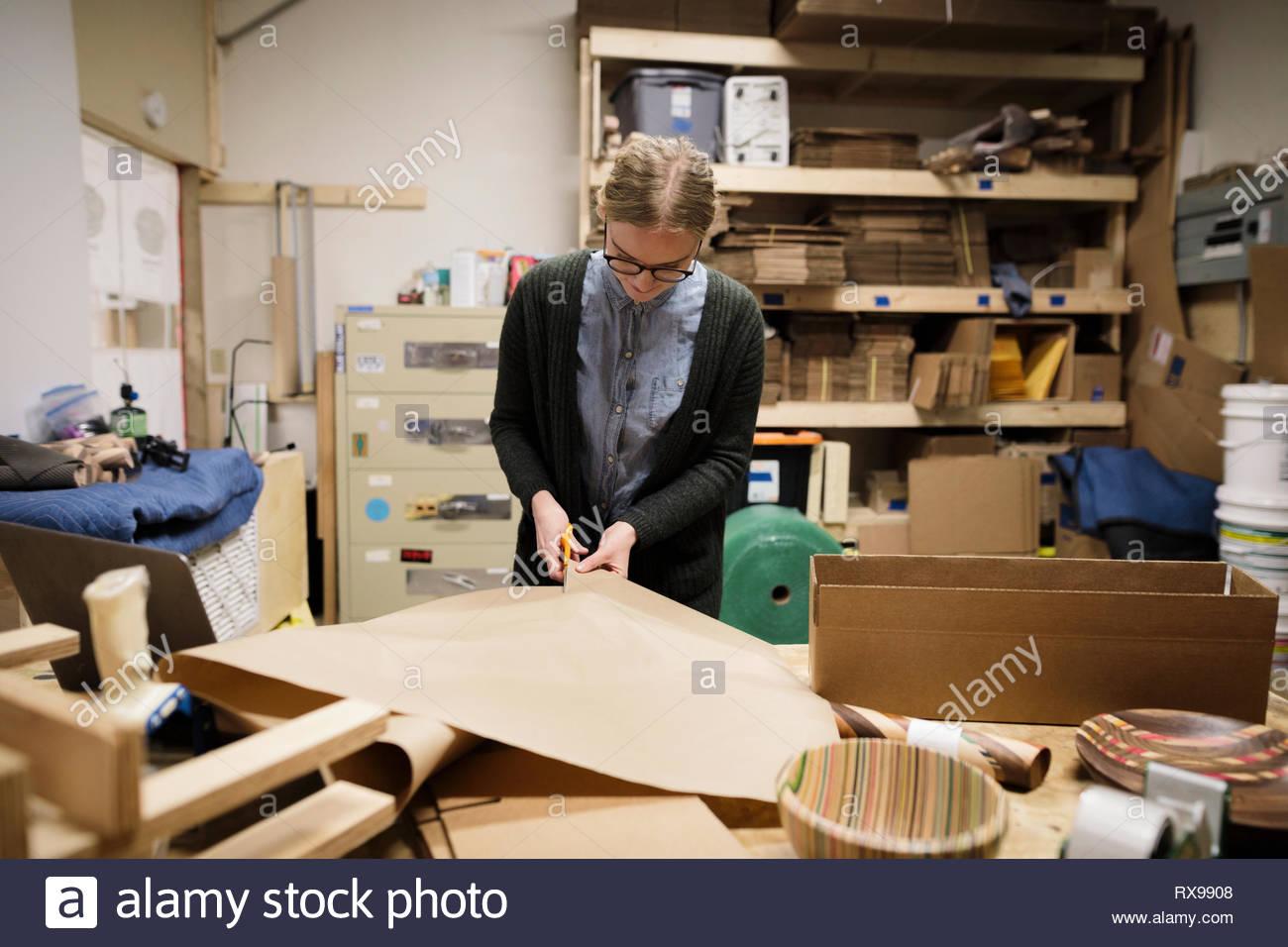 Artista femminile di taglio carta craft per la spedizione Immagini Stock