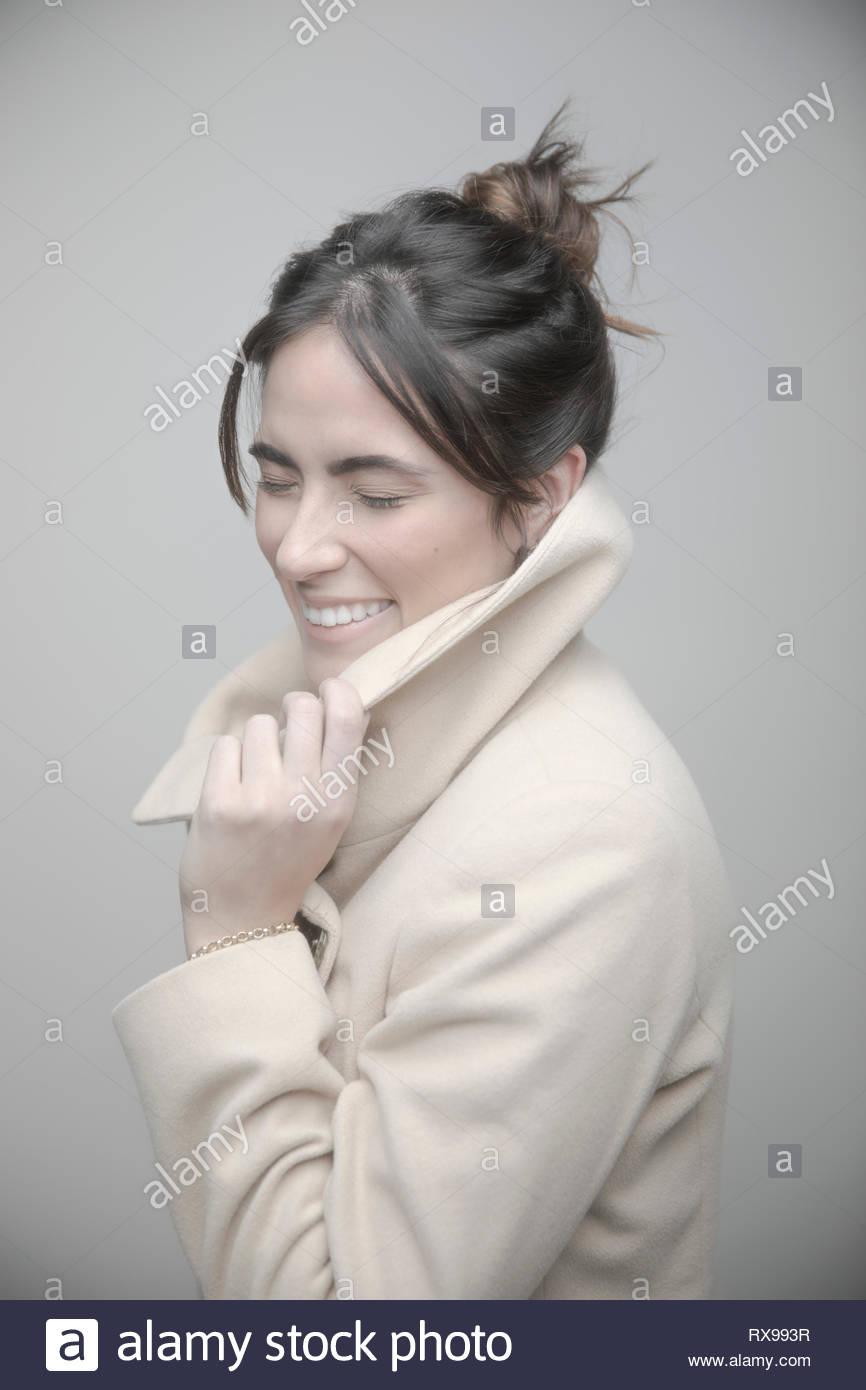 Ritratto giovane e bella bruna donna che indossa cappotto Immagini Stock