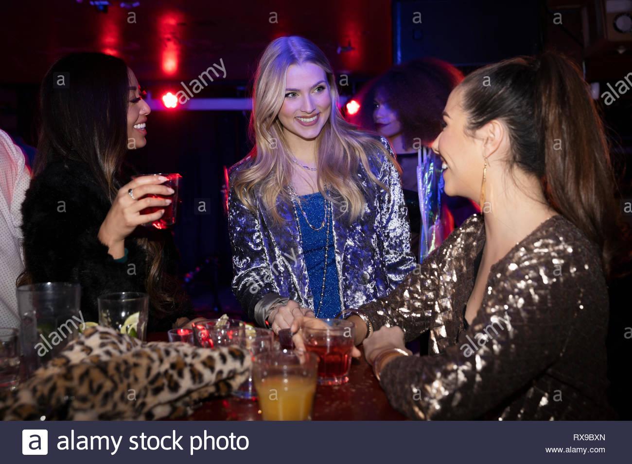 Le donne gli amici a bere in discoteca Foto Stock