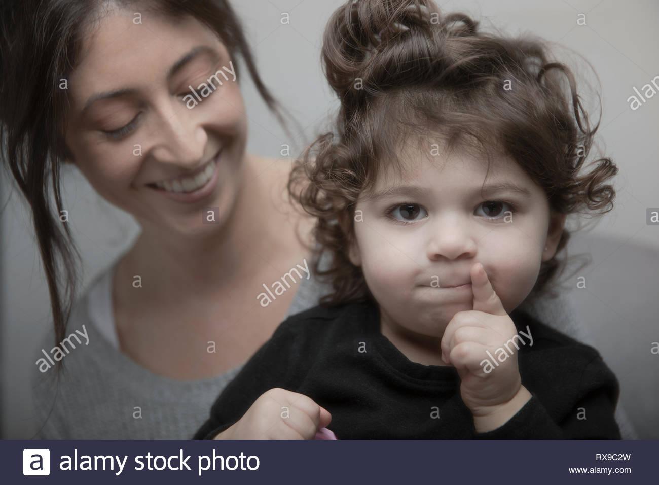 Ritratto carino Latina bambina con la madre Immagini Stock