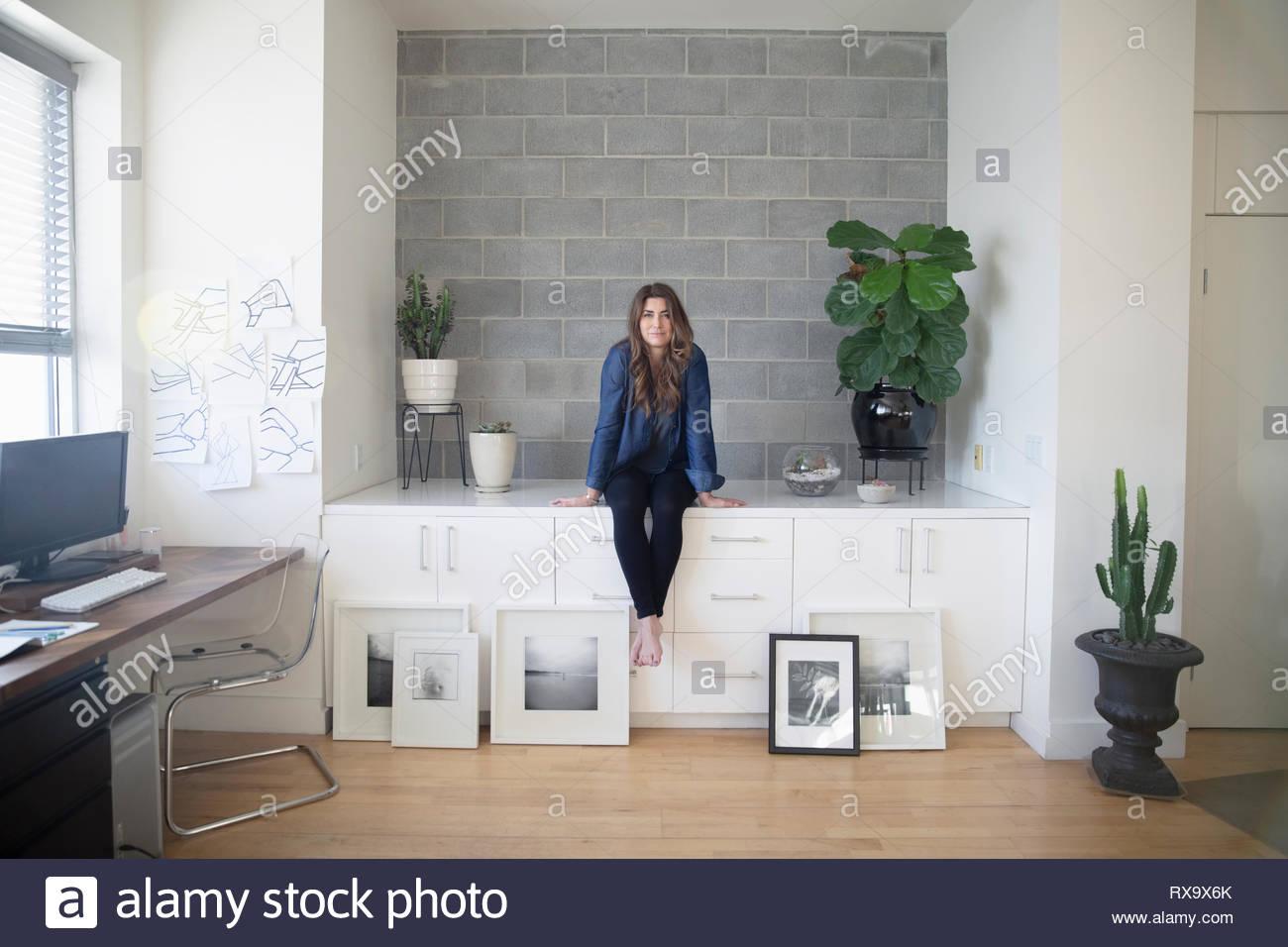 Ritratto fiducioso artista femminile in studio Immagini Stock
