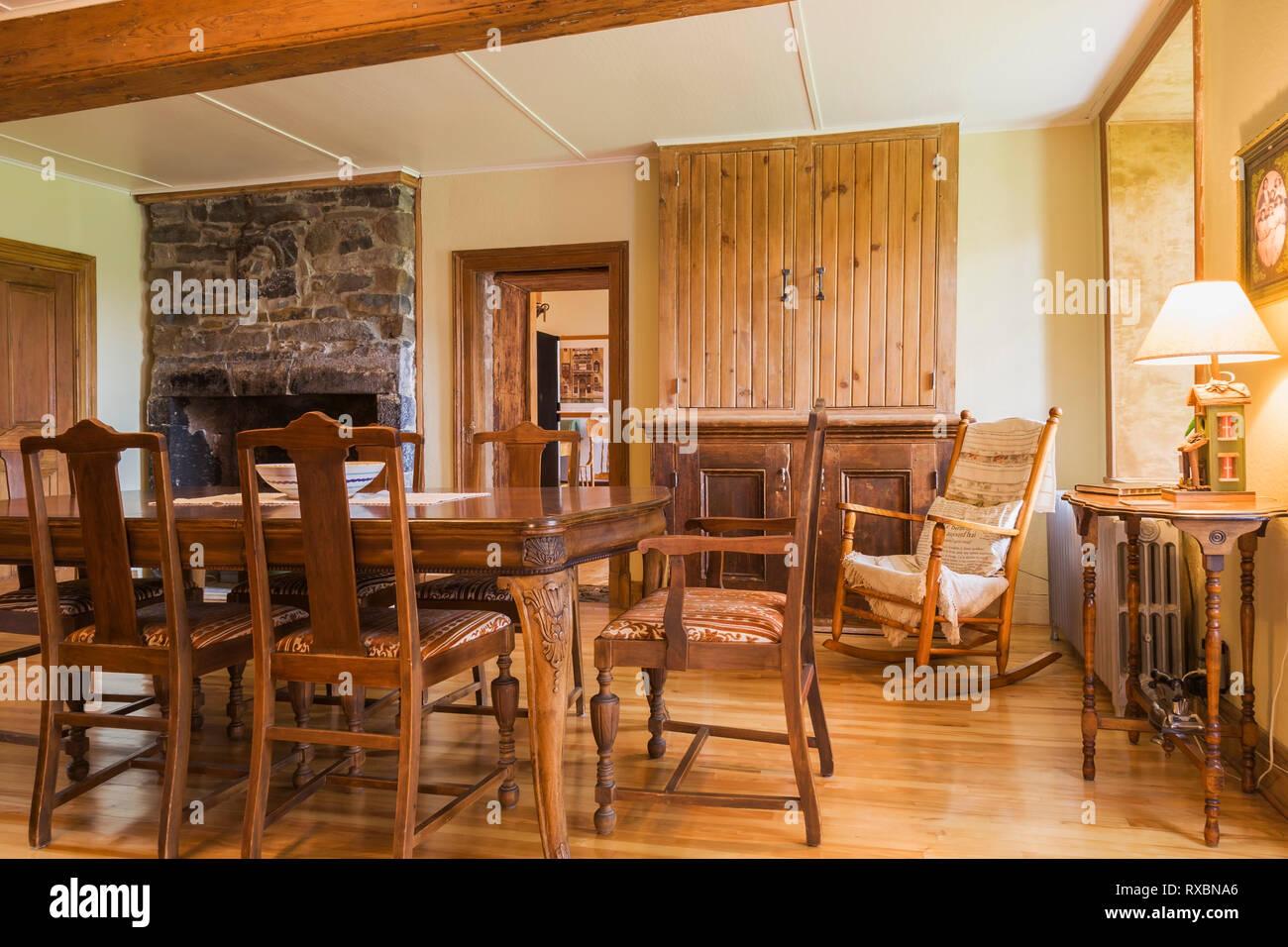 Tavoli In Legno Da Interno.Sala Da Pranzo Con Antico Tavolo In Legno E Imbottiti Sedie