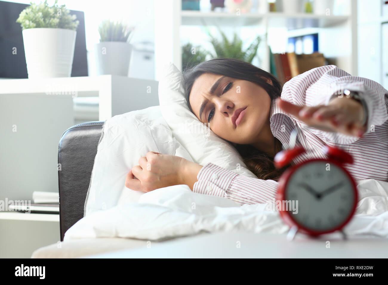 Assonnato giovane donna ritratto con uno Foto Stock