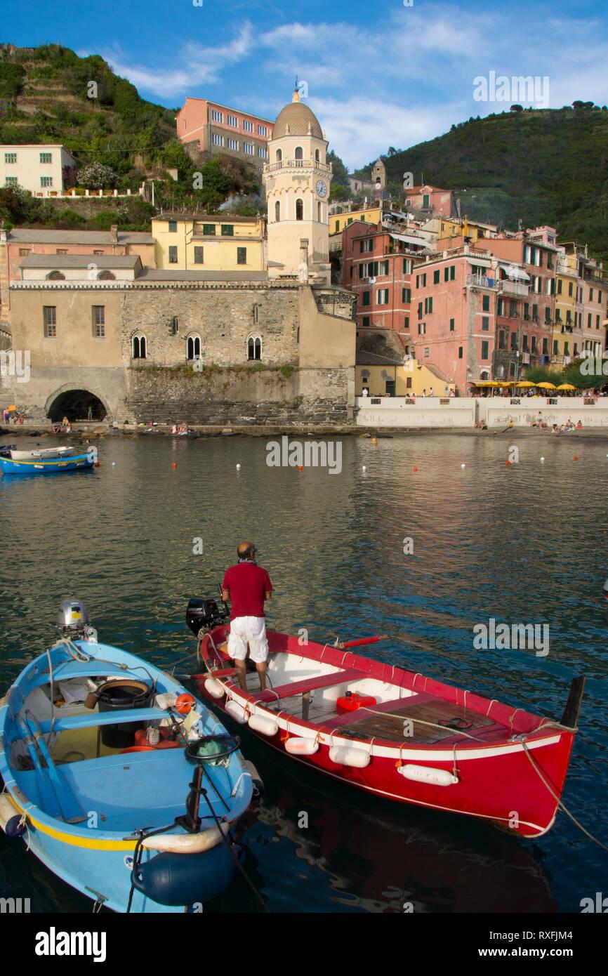 Porta al riparo a Vernazza, una città e il comune si trova in provincia di La Spezia, Liguria, northwestern Italia. Si tratta di uno dei cinque comuni che compongono le Cinque Terre Foto Stock