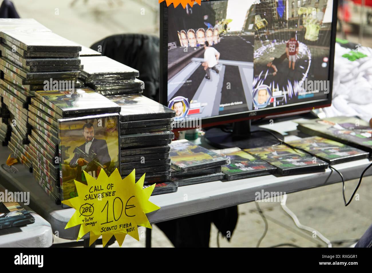 Milano, Italia - 8 Marzo 2019 Cartoomics fumetto con un visitatore riproduce retro vintage giochi di Nintendo Immagini Stock