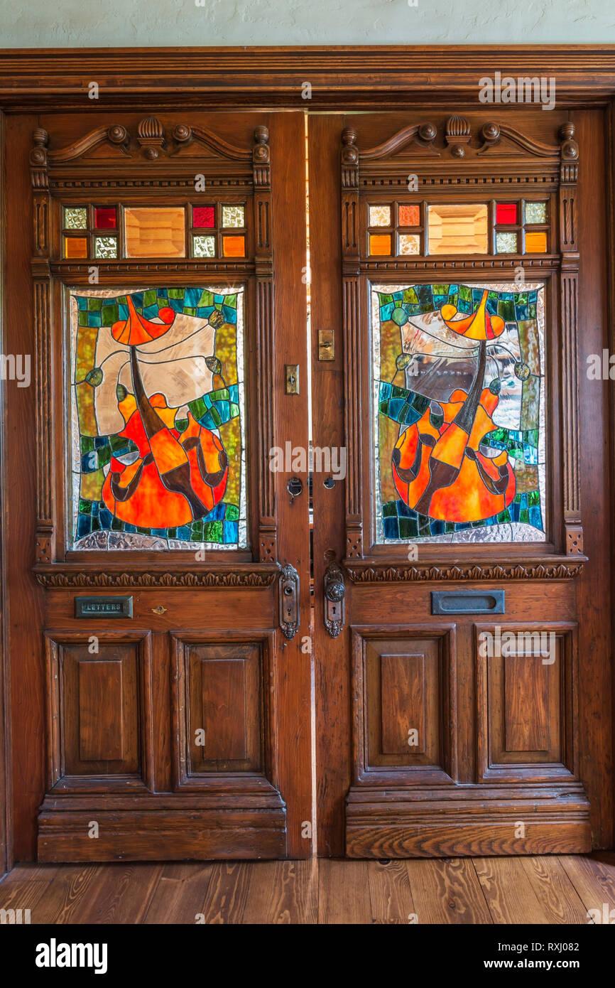 Porte Da Interno Colorate vecchie porte in legno con finestre in vetro colorato e