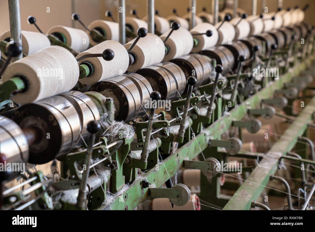 Interno della fabbrica tessile. Produzione di filati.concetto industriale. Foto Stock