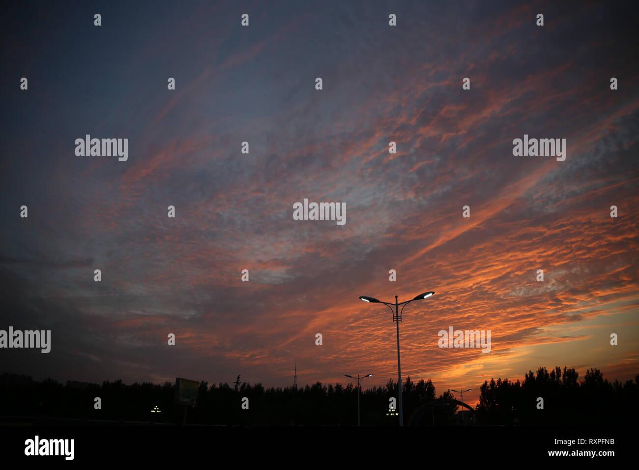 Cielo di tramonto sopra la città di Liao Cheng, Provincia di Shandong, Cina Immagini Stock
