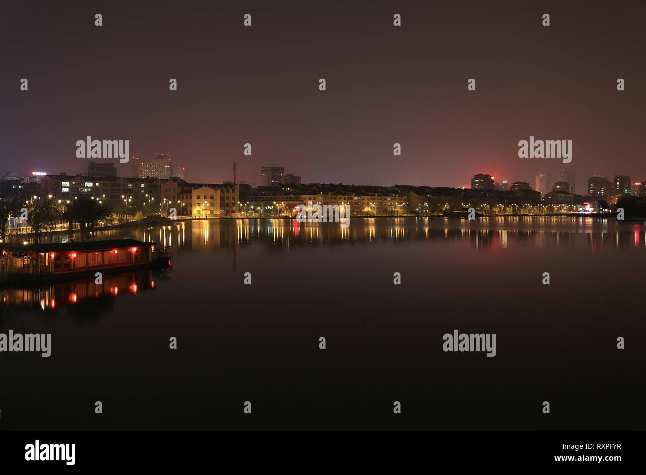 Dongchang Lago di notte, Liaocheng Città, Provincia dello Shandong, Cina. Immagini Stock