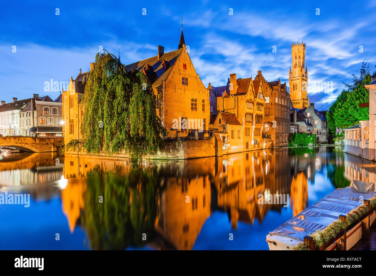 Bruges, Belgio. Il canale di Rozenhoedkaai in Bruges con il campanile in background. Foto Stock