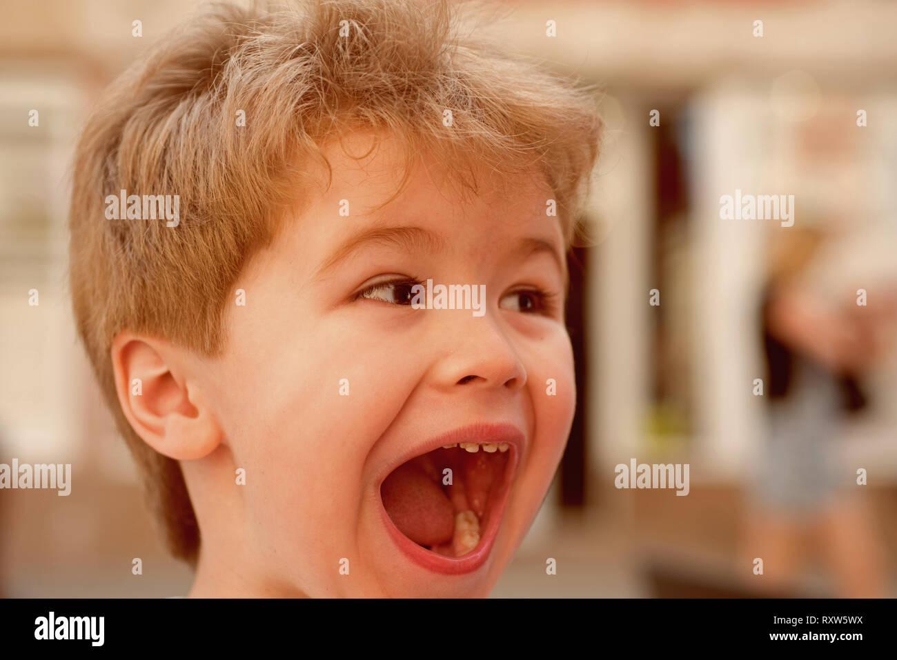 Piena Di Emozioni Bambino Con Un Elegante Taglio Di Capelli