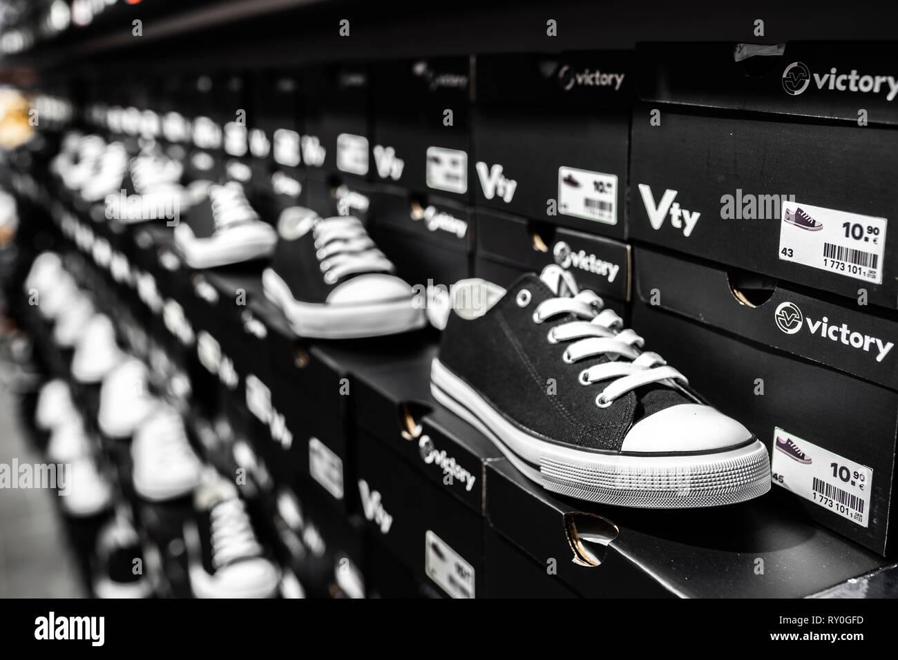 buy online 9d968 f1a19 Nurmberg, Germania - 27 Febbraio 2019  l Adidas uomo nero sneakers sul  guscio nel negozio. Piede di moda di indossare le scarpe. Chiudere sport  foto conce