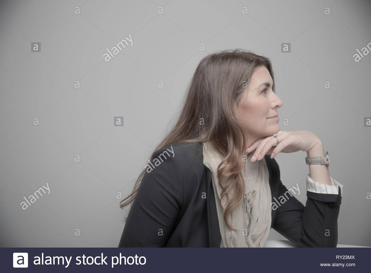 Ritratto di profilo fiducioso bella bruna donna che guarda lontano Immagini Stock