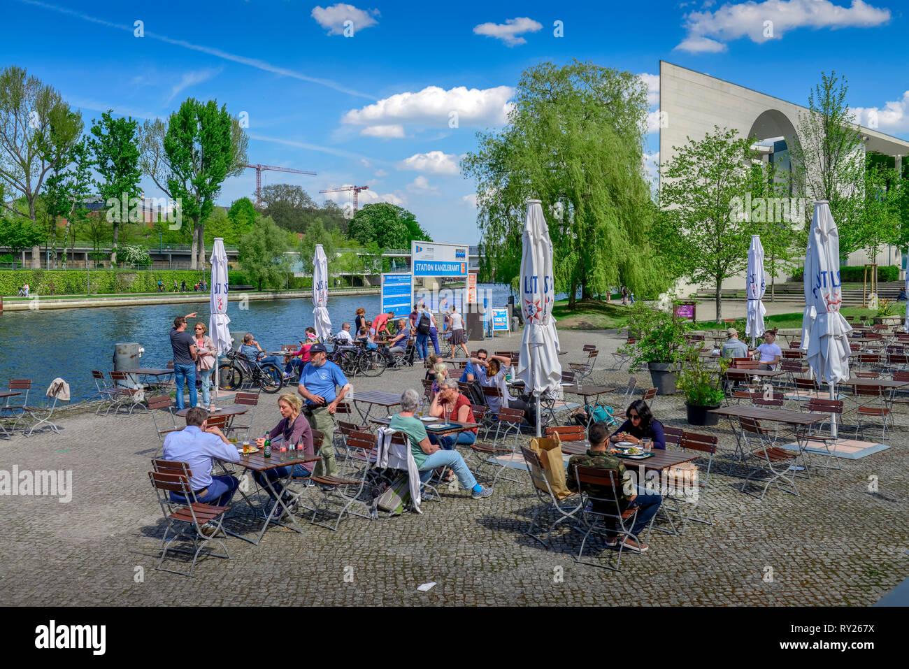 Biergarten, Haus der Kulturen der Welt, il Tiergarten, nel quartiere Mitte di Berlino, Deutschland Immagini Stock