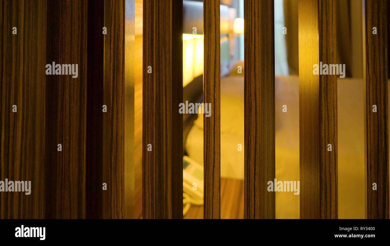 Il divisore di legno dentro la camera con la vista del grande letto sul retro in Italia Immagini Stock