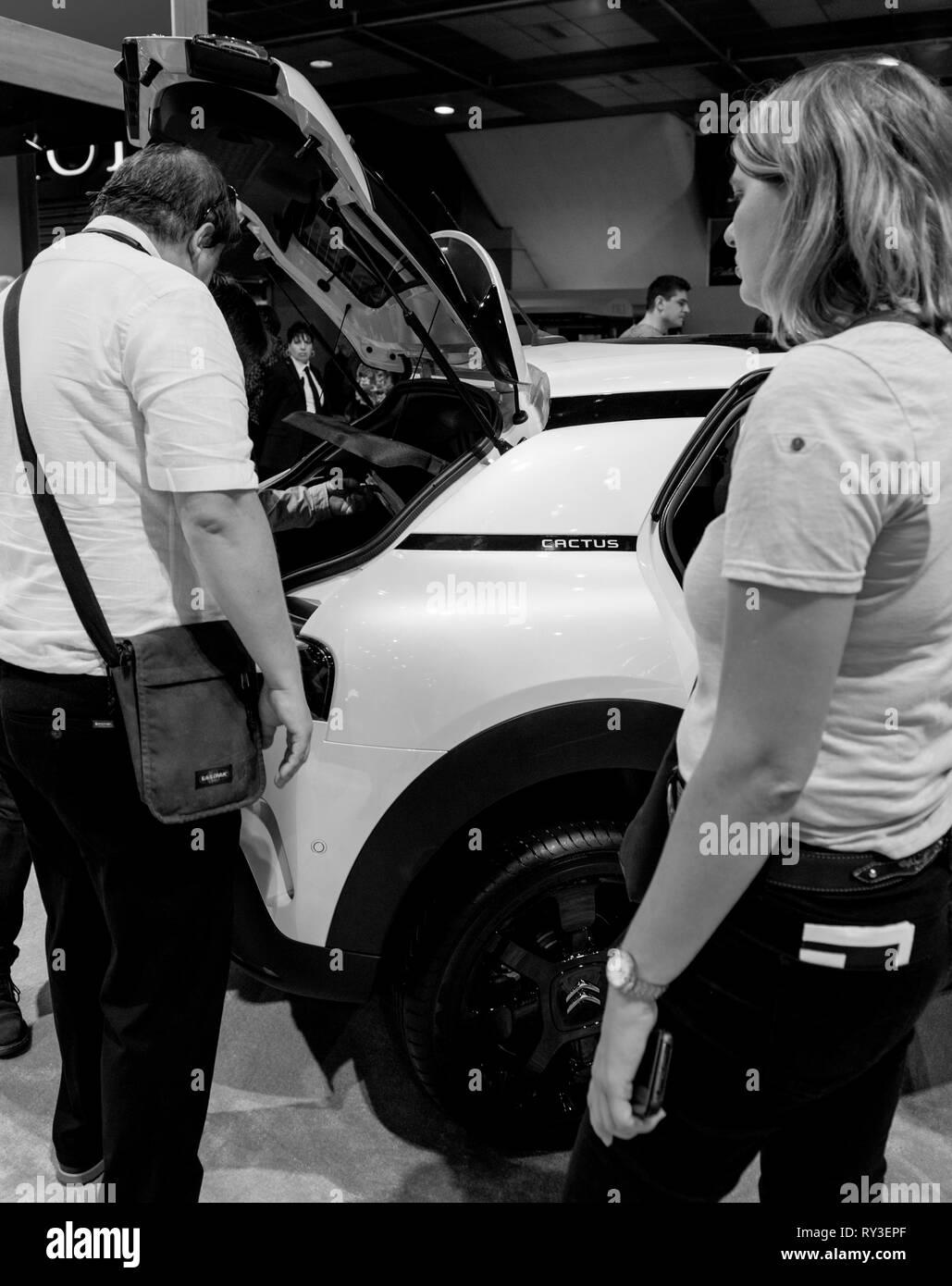 Parigi, Francia - Ott 4, 2018: uomo ammirando il nuovo white Citroen C4 CactusSUV a International car exhibition Mondial Motor Show di Parigi, modello prodotto dalla vettura francese maker in bianco e nero Immagini Stock