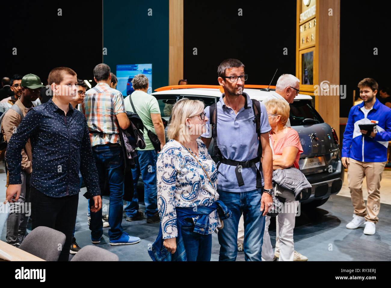 Parigi, Francia - Ott 4, 2018: i clienti e le persone curiose di ammirare i nuovi modelli di esposizione Auto Mondial Motor Show di Parigi, modello prodotto dalla vettura francese maker Immagini Stock