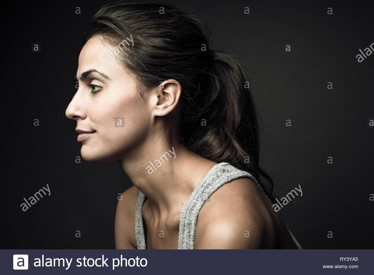 Ritratto di profilo fiducioso bella bruna donna Immagini Stock